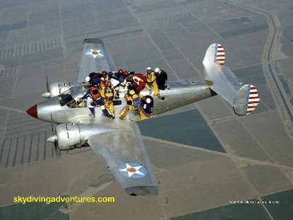 Spektakuläre Fallschirmsprung-Akrobatik - Foto: Klaus Heller
